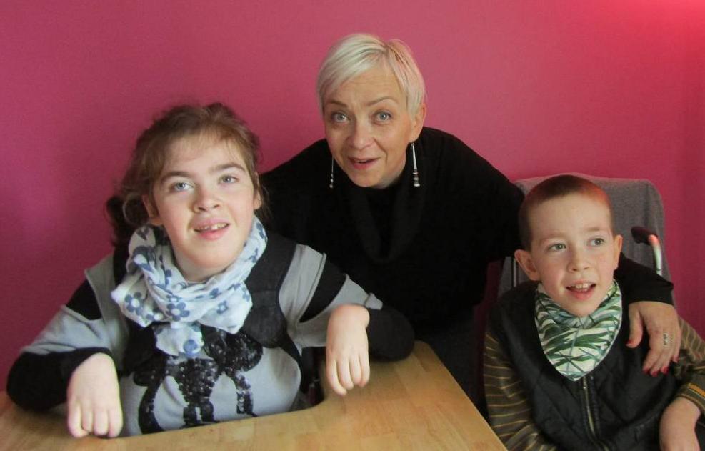 Carole Bourdais-Savé et ses enfants mettent à profit la méthode Pétö, la Pédagogie Conductive du CEC de Plédéliac