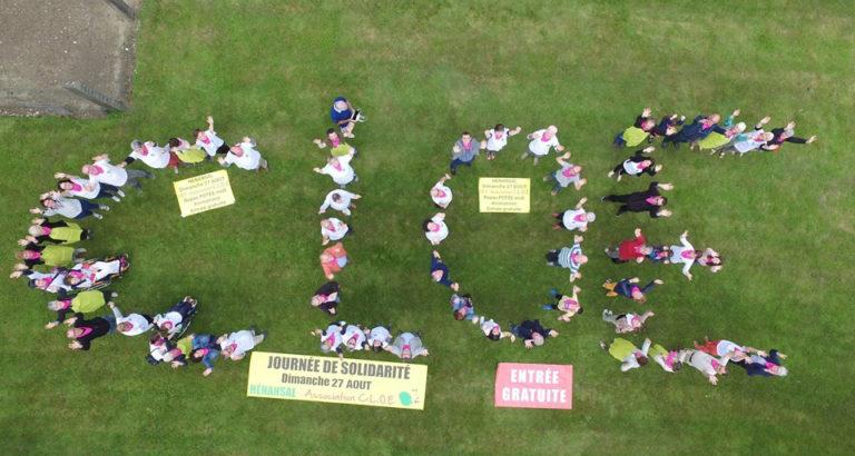 Vue aérienne des bénévoles de l'association C.L.O.E. formant le sigle de l'association.