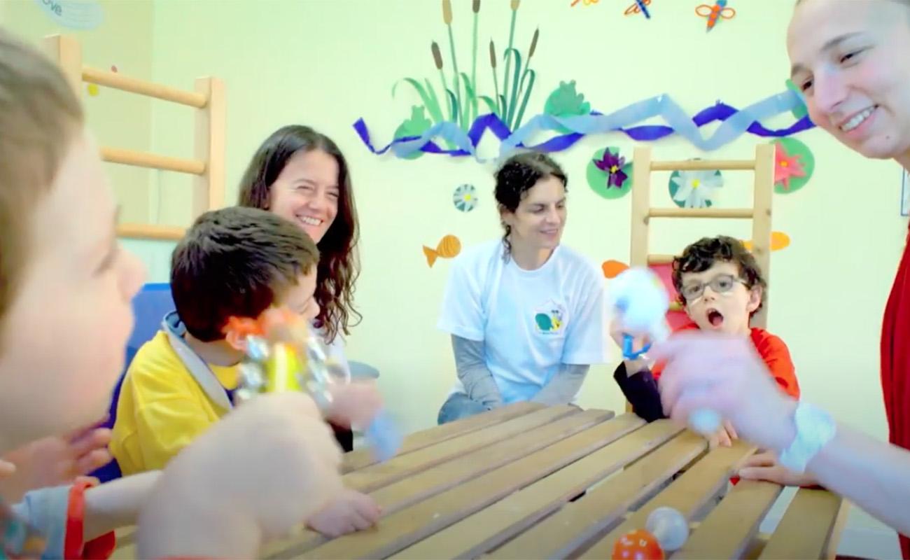 """Adultes avec des enfants en situation de handicap à """"La Maison Escargot""""."""