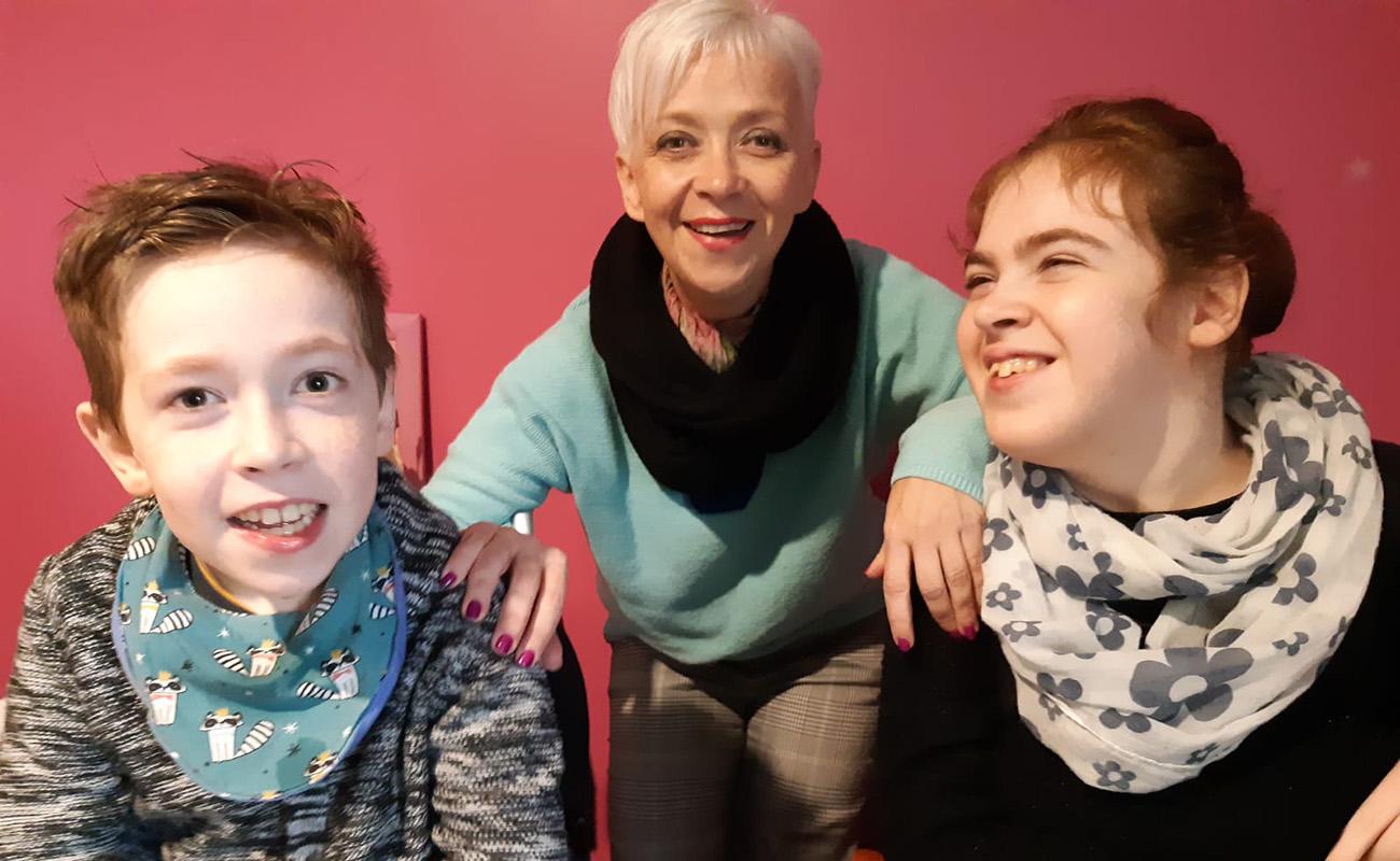 La directrice du Centre d'Education Conductive des Côtes d'Armor avec ses enfants polyhandicapés.