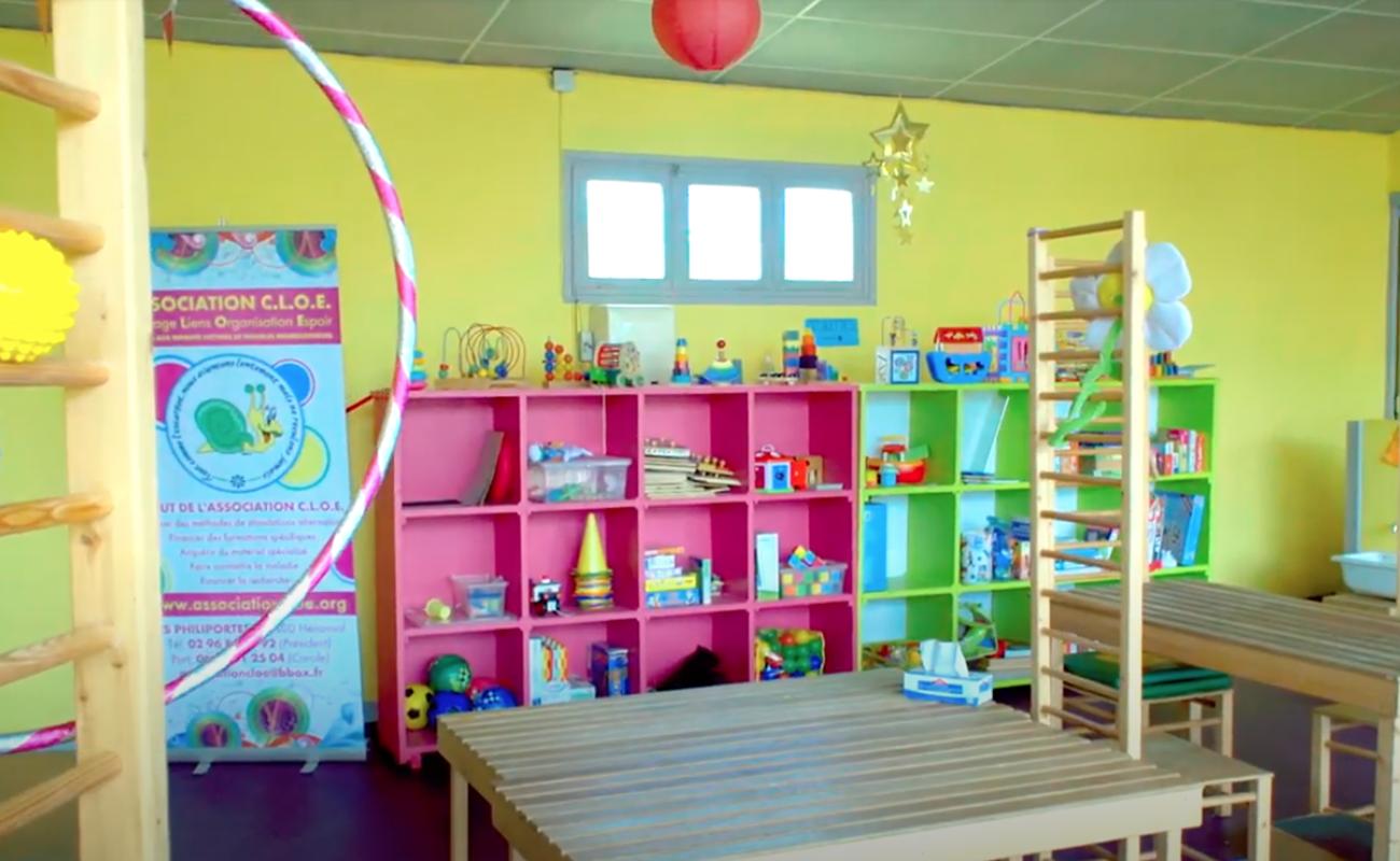 Jeux éducatifs sur des étagères colorées dans le Centre d'Education Conductive des côtes d'Armor.